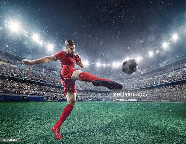 サッカー選手ボールを蹴る
