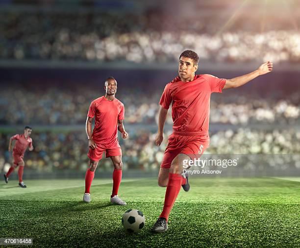 サッカー選手ボールを蹴るスタジアム