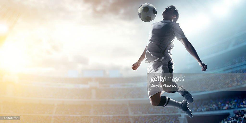 Fußball Spieler treten Kugel im Stadion : Stock-Foto