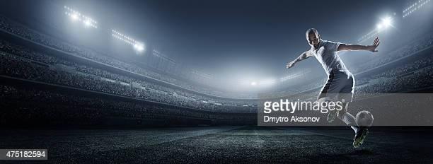 ballon de football joueur frappe au stade - tenue de football photos et images de collection