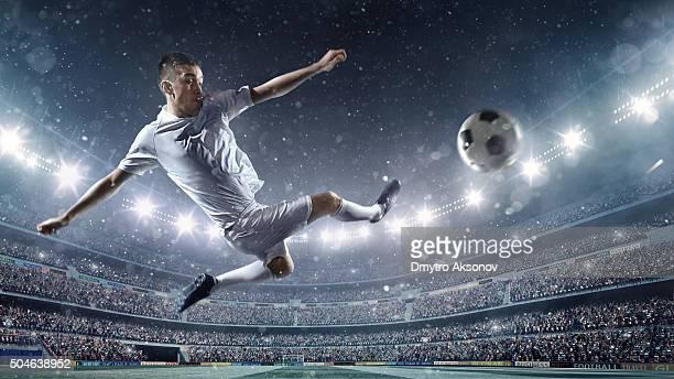 Giocatore di calcio calciare la palla in stadium