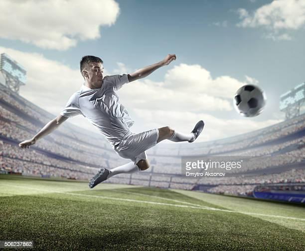 giocatore di calcio calciare la palla in stadium - calcio di punizione foto e immagini stock