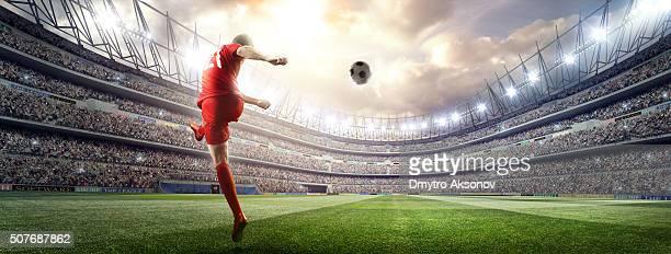Jogador de futebol rematar a bola no Estádio