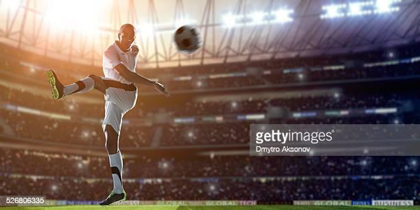 サッカー選手ボールを蹴るスタジアム - ショットを決める ストックフォトと画像
