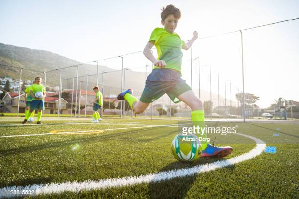 soccer player kicking ball - calcio sport foto e immagini stock