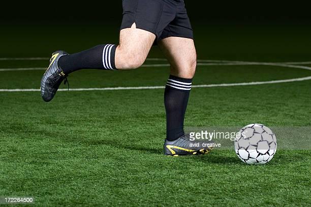 サッカー選手の足蹴りボール