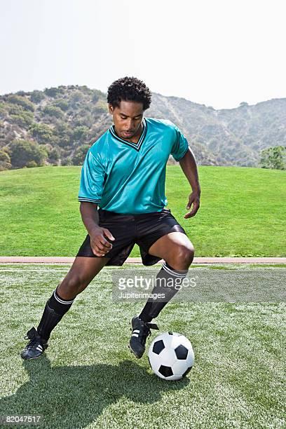 soccer player kicking ball - chutar - fotografias e filmes do acervo