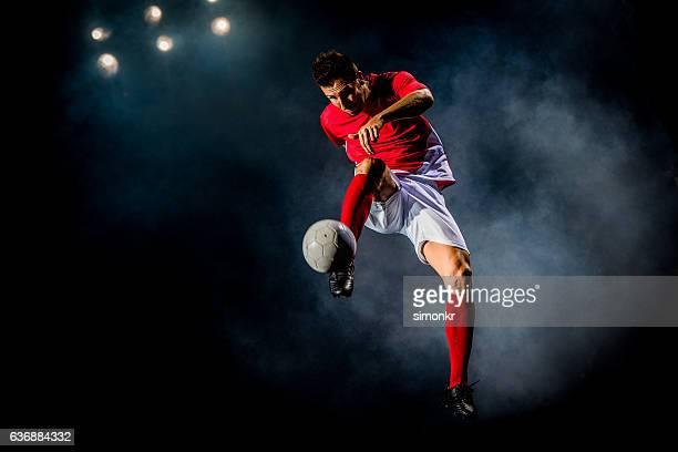 Jugador de fútbol coleando