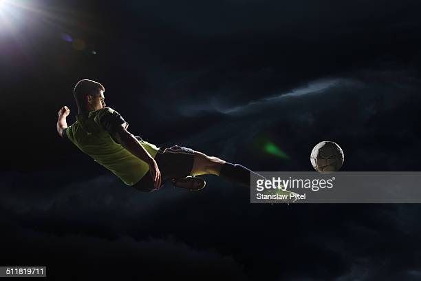 soccer player kicking the ball in the air - the championship voetbalcompetitie stockfoto's en -beelden