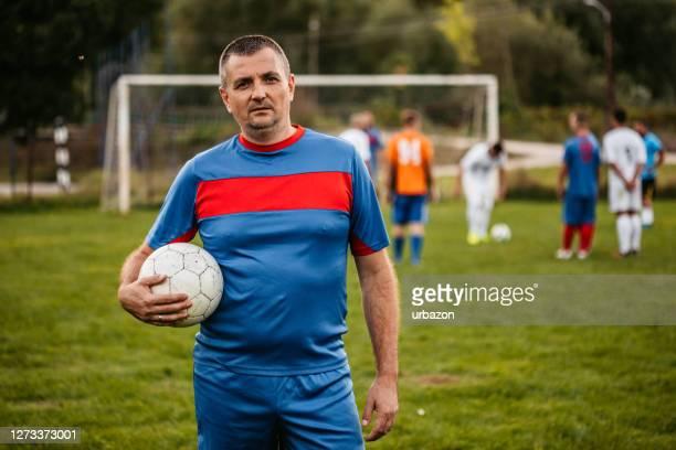calciatore sul campo di calcio - fat soccer players foto e immagini stock