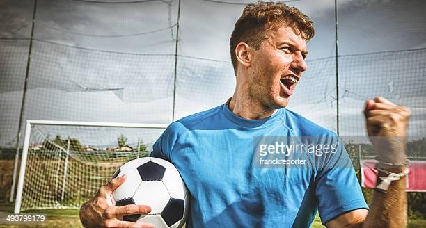 fußballspieler porträt wegsehen - sportmeisterschaft stock-fotos und bilder