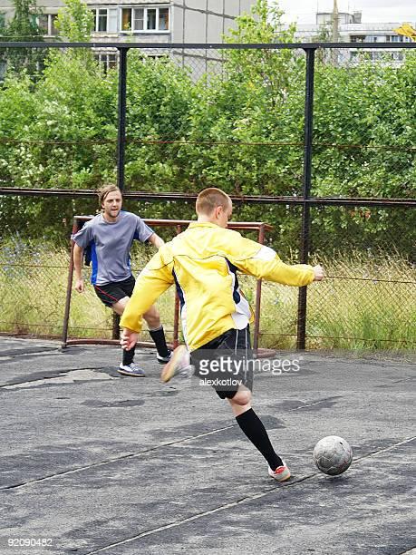 Fußball-Spieler schießen Ball