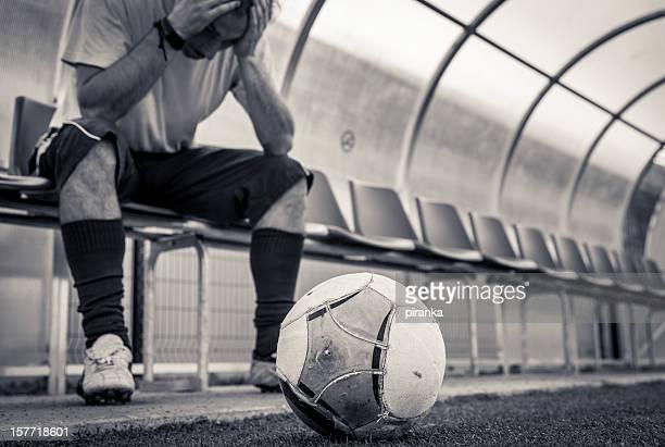 fußball-spieler, auf einer bank sitzend - niederlage stock-fotos und bilder
