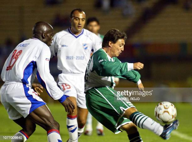 Soccer players Angbwa Benoit Gustavo Méndez and Favio Giménez are seen fighting for the ball in Montevideo Uruguay 01 April 2003 Favio Giménez del...