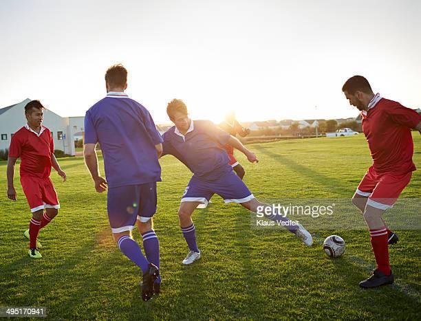 soccer players battling to get the ball - defesa jogador de futebol - fotografias e filmes do acervo