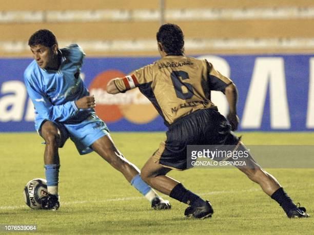 Soccer players Joaquin Botero and Julio Fleitas are seen fighting for the ball in La Paz Bolivia 26 March 2002 El atacante del Bolivar de Bolivia...