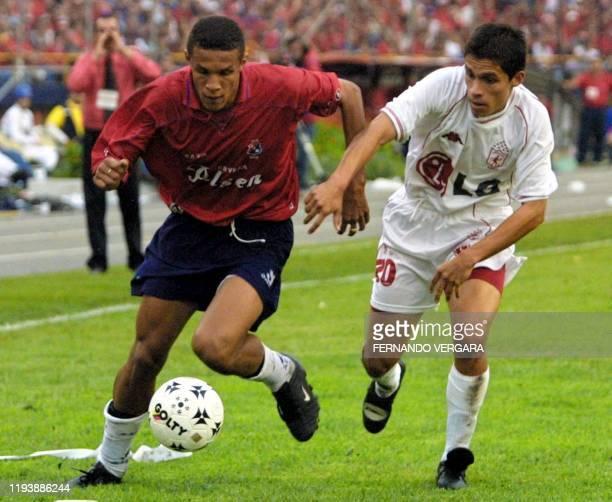Soccer players Jorge Horacio Serna and Mauricio Romero fight for the ball in Medellin Colombia 16 December 2001 Jorge Horacio Serna de Independiente...