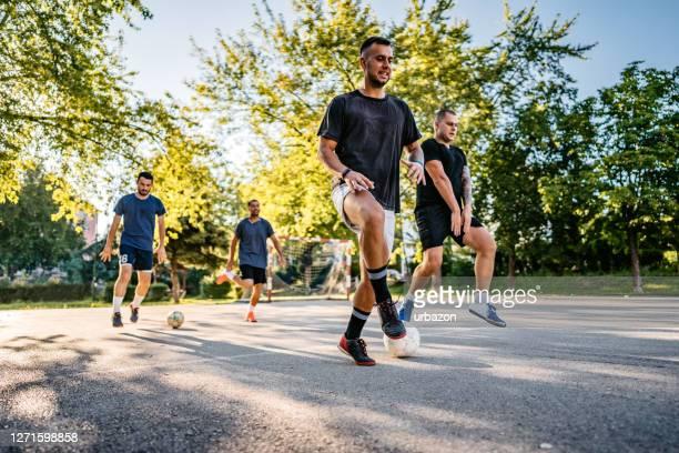 voetballers op training - sportevenement stockfoto's en -beelden