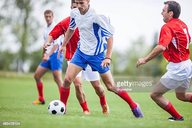 jogadores de futebol jogando futebol no futebol registradas. - sporting term - fotografias e filmes do acervo