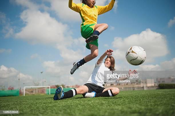 soccer players playing soccer game - fußballstürmer stock-fotos und bilder