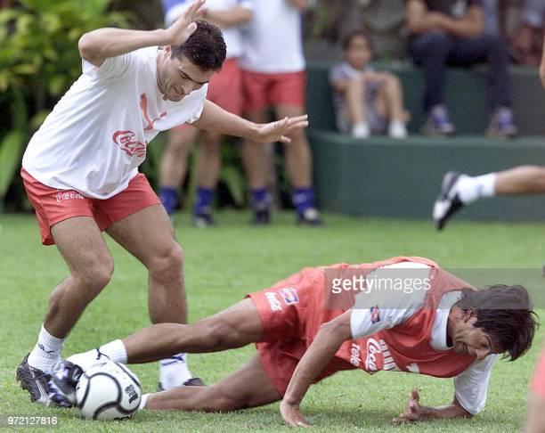 Soccer players Roberto and Saturnino Cardozo fight for the ball in San Bernadino Paraguay 13 November 2001 Los jugadores Roberto acuna y Saturnino...