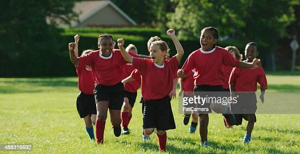 giocatori di calcio corsa e tifo - fat soccer players foto e immagini stock