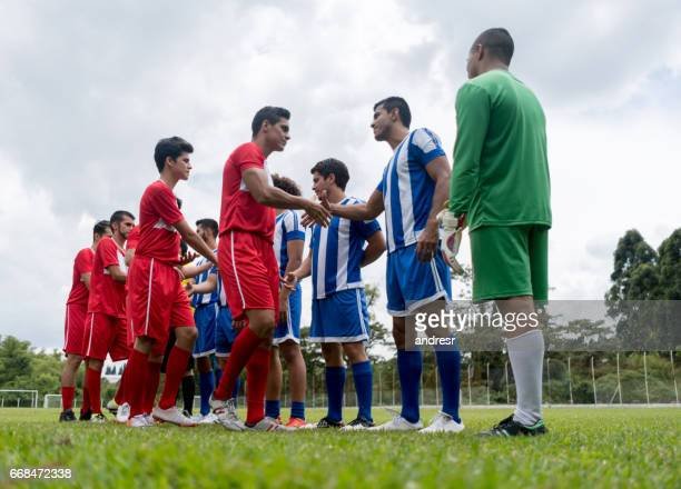 soccer players shaking hands before the match - fair play sport foto e immagini stock