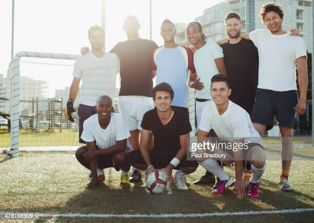 Soccer players sonriendo en campo