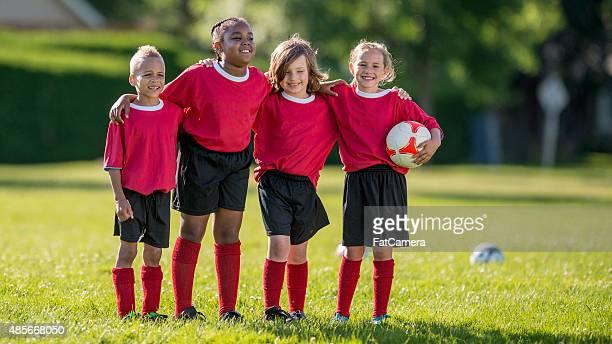 in piedi insieme giocatori di calcio - fat soccer players foto e immagini stock