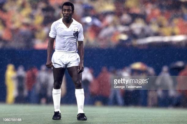 Santos FC Pele in action vs New York Cosmos at Giants Stadium. Pele's final soccer game. Rain. East Rutherford, NJ 10/1/1977 CREDIT: George Tiedemann