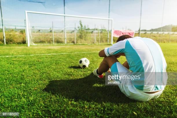 fußball-situationen: eine böse niederlage - niederlage stock-fotos und bilder