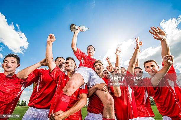 Fußball team feiert.