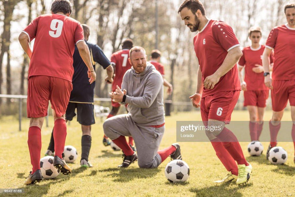 Un equipo de fútbol durante una sesión de entrenamiento de fútbol intensa de fútbol con el equipo : Foto de stock