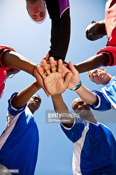 fußball team mit hände zusammen in der gruppe bilden - fußballmannschaft stock-fotos und bilder