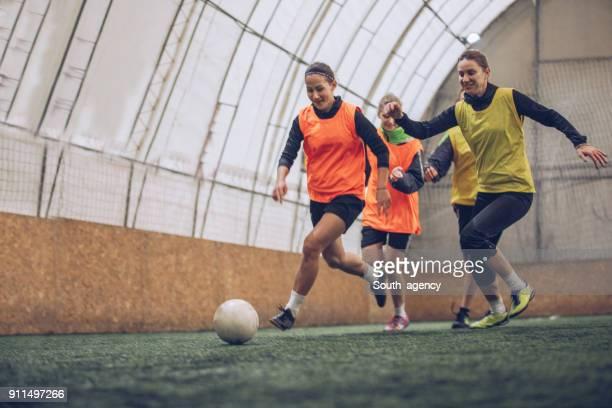fussballtraining - fußballmannschaft stock-fotos und bilder