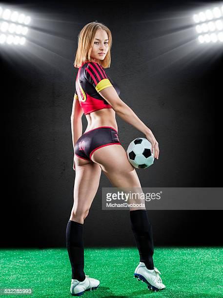 fußball für damen - verführerische frau stock-fotos und bilder