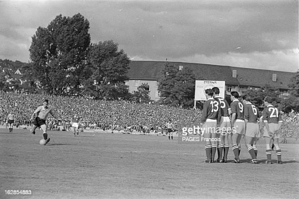 Soccer World Cup 1954 In Switzerland En Suisse en 1954 à l'occasion de la Coupe du Monde de Football dans un stade lors d'un match un joueur non...
