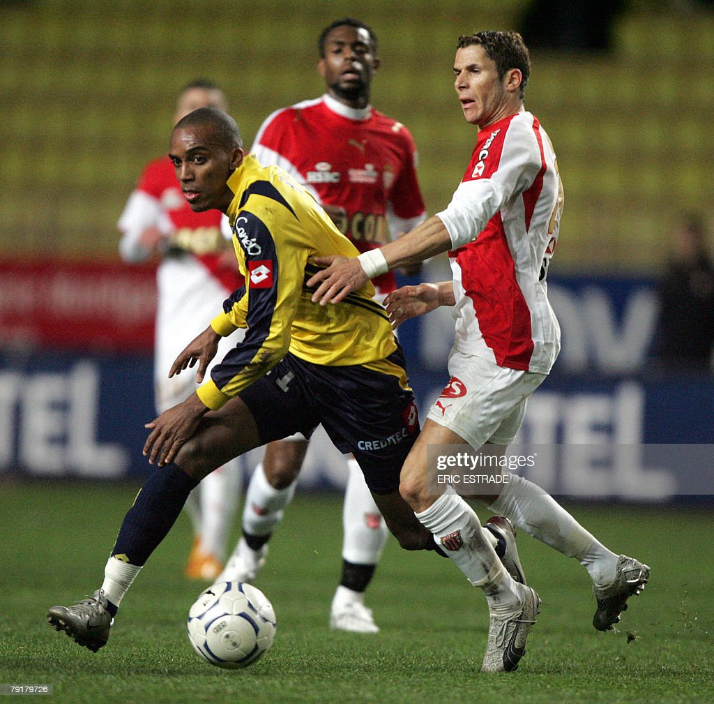 Sochaux' Nicolas Maurice-Belay (L) vies with Monaco's midfielder Camel MEriem (R) during their French L1 football match, 23 January 2008, at the Louis II stadium in Monaco. PHOTO AFP - ERIC