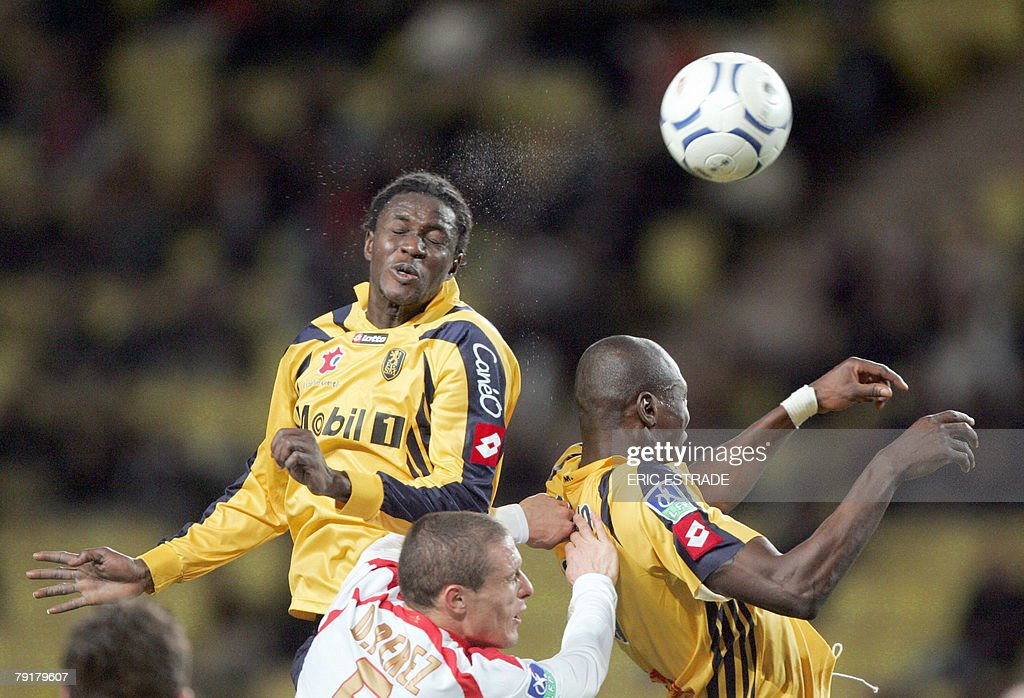 Sochaux's midfielder Badara Sene (L) and forward Beli Moumouni Dagano (R) vies with Monaco's midfielder Diego Perez (C) during their French L1 football match, 23 january 2008, at the Louis II stadium in Monaco. PHOTO AFP - ERIC