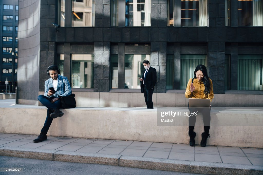 Social distancing business people woking outdoors : Stockfoto