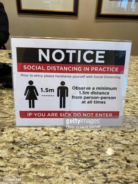 social distancing etiquette - 情報伝達サイン ストックフォトと画像