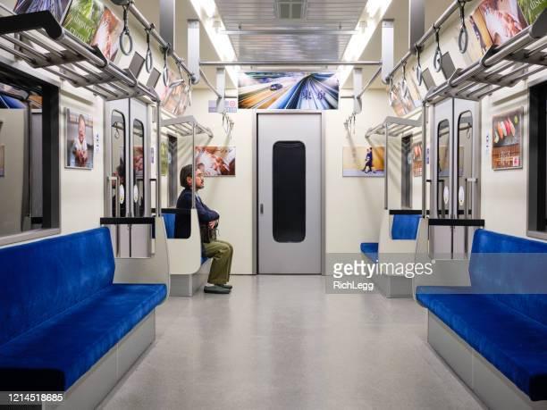 日本の地下鉄での社会的な離散 - 鉄道 ストックフォトと画像