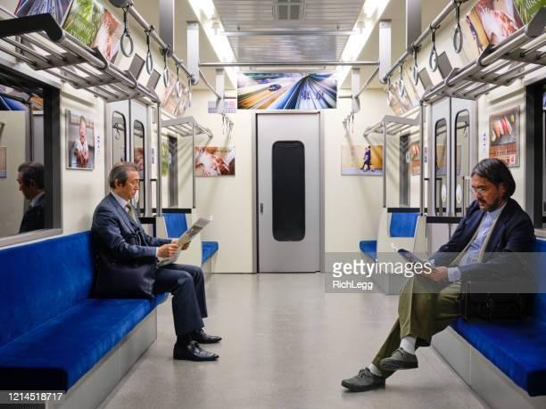 日本の地下鉄での社会的な離散 - 内部 ストックフォトと画像