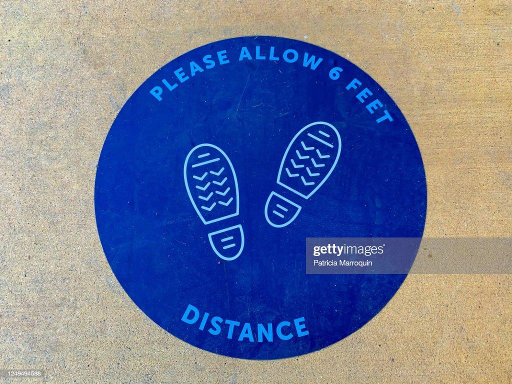 Social distancing sign : Stock Photo