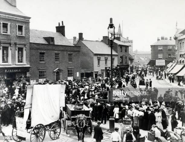 Social History Luton Bedfordshire England pic circa 1900's Park Square Luton on a market day