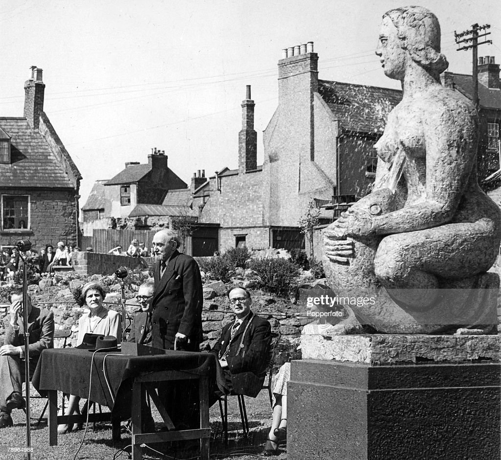 Social History. Northampton, Northamptonshire, England. pic: circa 1950's. The unveiling of a statue woman and fish, Northampton showing Sir Frank Dobson, sculptor, Ald. J.V.Collier, Mrs. C.A.Chown, Ald. Chown, Ald. Frank Lee (Mayor). : ニュース写真