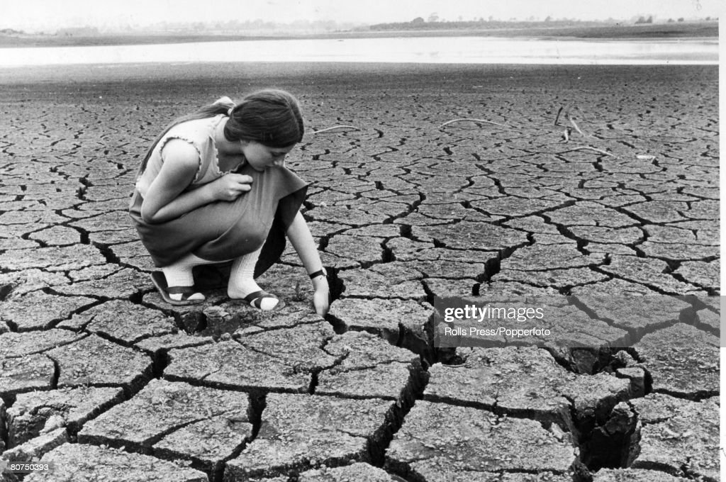 Social History Weather. Drought. Northamptonshire, England. pic: 5th July 1976. A young local girl puts her hand into the deep cracks in the dried-up Pitsford Resevoir, Northants, where the water level had dropped to danger point. The resevoir which supp : News Photo