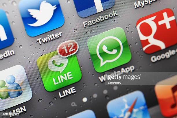 ソーシャルメディアの iphone アプリケーション - 並んでいる ストックフォトと画像