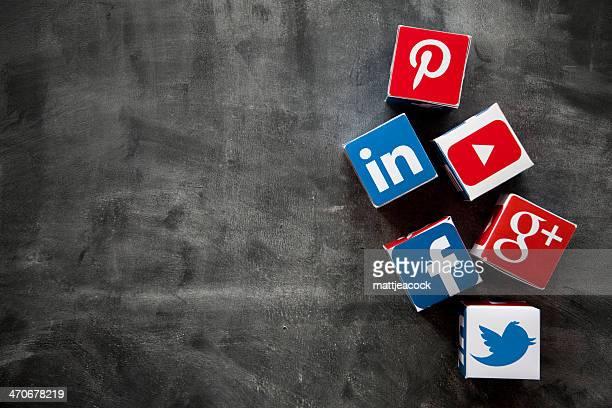 Médias sociaux de cubes sur un tableau noir