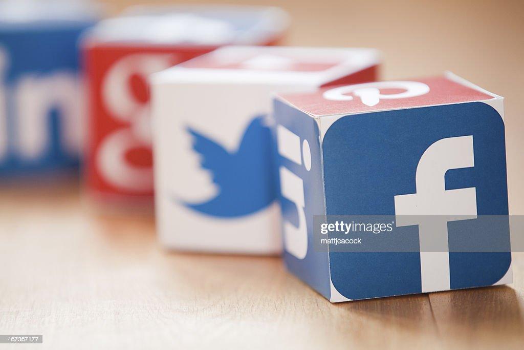 Social-media-Würfel auf einem hölzernen Hintergrund : Stock-Foto